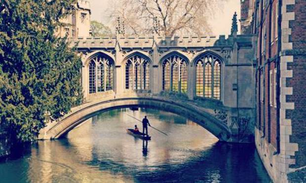 Couple punting on a sunny day through the Cambridge canals. Explore Cambridge Hen Party ideas below: