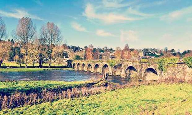 Blue skies and green pastures around the Ten Arch Stone Bridge over the River Nore. Discover Kilkenny Hen Party ideas below: